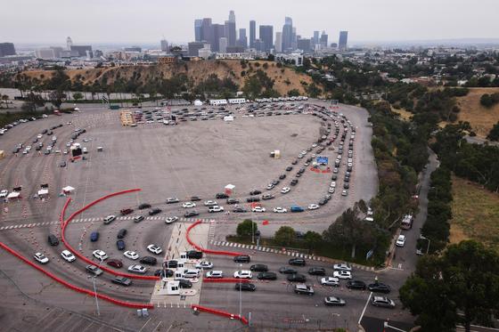 1일(현지시간) 미국 캘리포니아주 로스앤젤레스의 다저스 스타디움 주차장에서 코로나19 검사를 받기 위해 몰린 사람들의 차량이 줄을 잇고 있다. 이날 캘리포이나주에선 9740명의 신규 확진자가 발생해 일일 최고치를 기록했다. [EPA=연합뉴스]