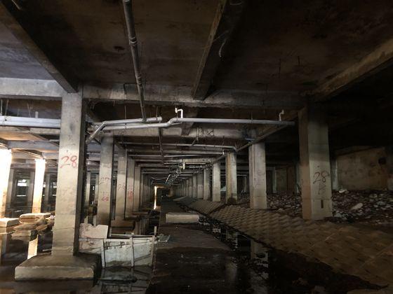 서울시는 버려져있던 홍제천변 유진상가 지하 구간을 예술이 흐르는 공간인 '홍제유연'으로 재단장해 1일부터 공개했다. 전시 상황을 고려해 방호기지로 만들어졌던 홍제천변 '유진상가' 지하의 모습. [사진 서울시]