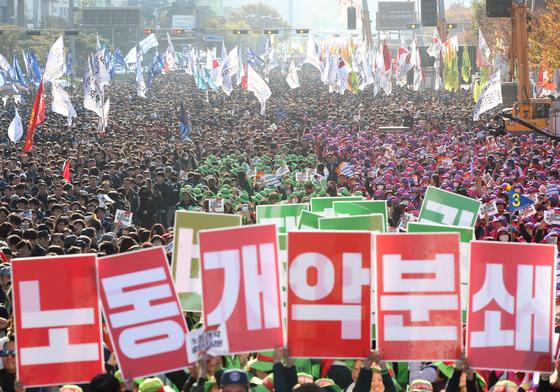 지난해 오후 서울 여의도 여의대로에서 민주노총 조합원들이 노동개악을 중단하라는 구호를 외치고 있다.뉴스1