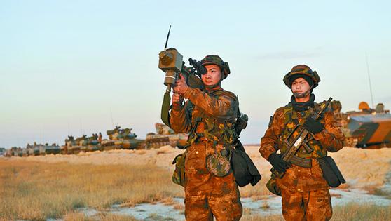 2017년 11월 중국 인민해방군 북부전구 소속 군인들이 '엄한(嚴寒)-2017' 군사훈련을 실시하고 있다. 해당 훈련을 주도한 78집단군은 6·25 전쟁에 참전했던 부대로 유사시 한반도에 투입되는 군이다. [중국 국방부 홈페이지=뉴스1]