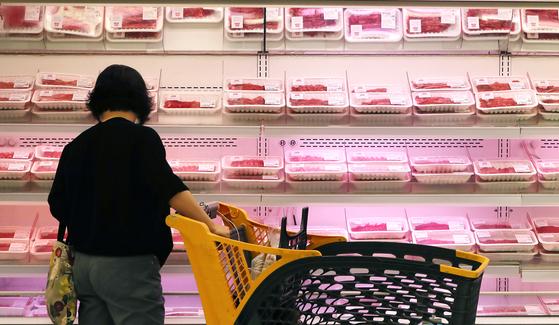 6월 소비자물가 상승률이 지난해 같은 달과 같은 수준을 기록했지만, 축산물 가격은 10.5% 오른 것으로 나타났다. 사진은 2일 서울의 한 대형마트를 찾은 소비자가 소고기를 고르고 있는 모습. 뉴스1