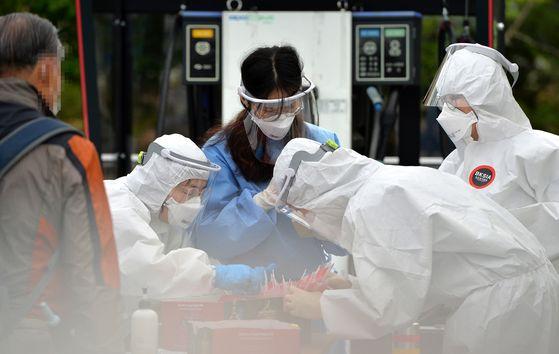 지난달 30일 오후 대전 동구보건소 코로나19 선별진료소에서 의료진들이 학생과 시민을 검사하고 있다. [프리랜서 김성태]