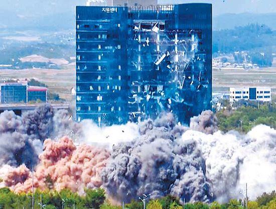 북한이 지난달 17일 개성 남북 공동연락사무소를 폭파하고 있다. [뉴시스]