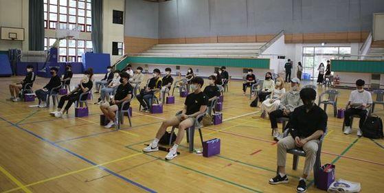 [한신대 체육관에서 특수체육학과 신입생들이 '반갑다, 친구야' 행사에 참석해 학과 소개를 듣고 있다.]