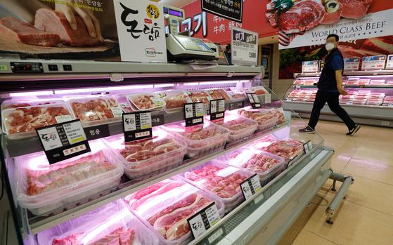 6월 소비자물가지수가 104.87(2015=100)로 전년 동월 대비 0% 상승에 머물렀다. 사진은 지난달 서울의 한 마트에 돼지고기가 진열돼 있는 모습. 뉴스1