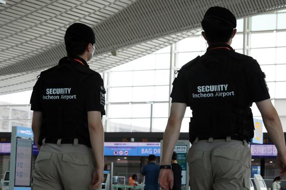 1일 인천국제공항에서 보안 직원들이 업무를 보고 있다.인천국제공항공사는 공사와 보안검색 요원 1100여명이 소속돼 있는 협력업체와의 용역계약이 지난달 30일 만료, 이날부터 자회사인 '인천공항경비㈜'로 6개월 정도 임시 편제된다. 뉴스1