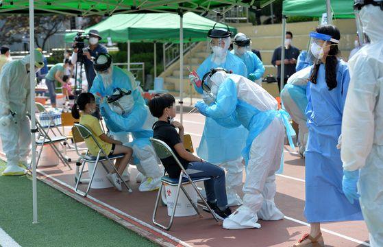 전국 첫 학교내에서 신종 코로나 바이러스 감염증(코로나19) 확진자가 발생한 대전 천동초등학교 운동장에서 2일 전교생 1000여명이 코로나19 감염 검사를 받고 있다. 프리랜서 김성태.