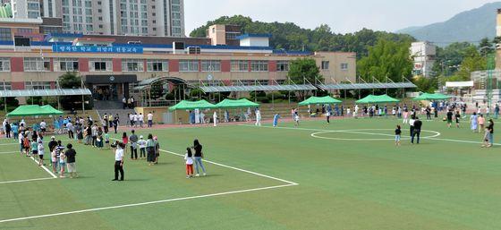 전국 첫 학교내에서 신종 코로나 바이러스 감염증(??로나19) 확진자가 발생한 대전 천동초등학교 운동장에서 2일 전교생 1000여명이 코로나19 감염 검사를 신속히 받고 있다. 프리랜서 김성태