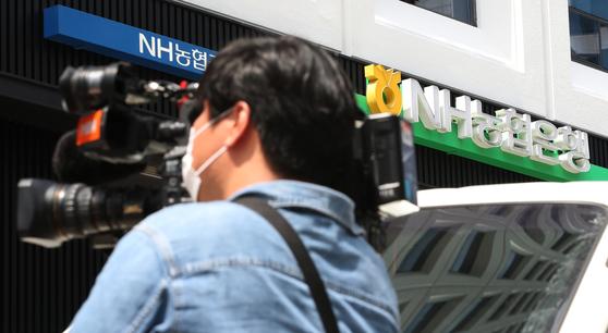 신종 코로나바이러스 감염증(코로나19) 확진자가 발생한 서울 강남구 NH농협은행 역삼금융센터앞에서 2일 오후 취재진이 취재하고 있다. [연합뉴스]