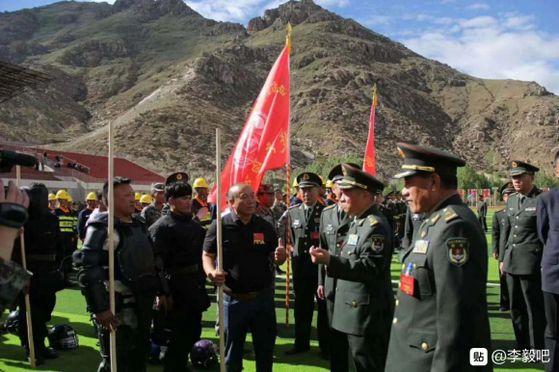 중국 시장군구의 왕하이장 사령관 등이 지난달 15일 5개 민병부대를 신설하고 이들에 깃발을 수여하는 행사를 치른 뒤 부대원을 격려하고 있다. [중국 바이두 캡처]