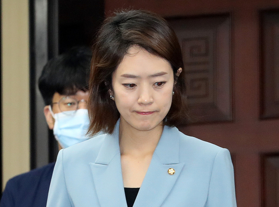 고민정 더불어민주당 의원이 지난달 26일 오전 서울 여의도 국회에서 열린 의원총회에 참석하고 있다. [뉴스1]