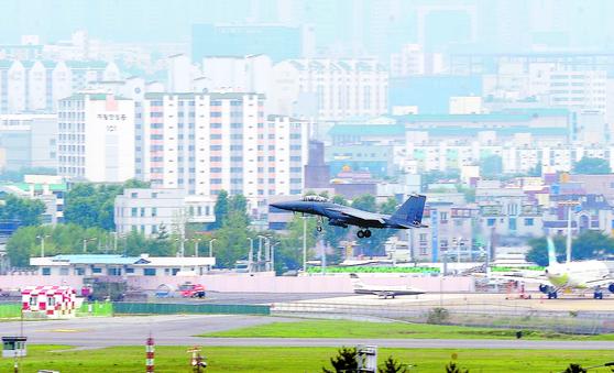 대구 동구 지저동에 위치한 대구공항 활주로에 전투기가 착륙을 위해 고도를 낮추고 있다. [뉴스1]