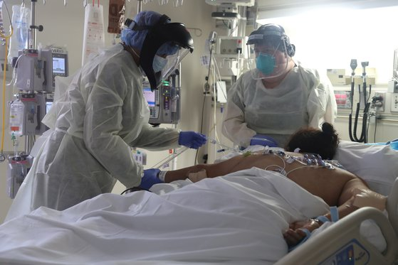 미국 캘리포니아주의 한 병원 응급실에서 의료진이 코로나19 환자를 치료하고 있다. [로이터=연합뉴스]
