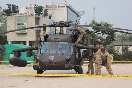 2일 오후 3시55분쯤 미군 소속 헬리콥터가 서울 용산구 이촌동 한강공원 내 공터에 비상착륙했다는 신고가 접수돼 소방당국이 출동했다. 뉴스1