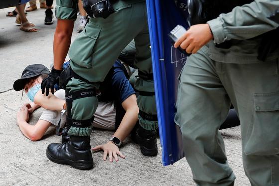 지난 1일 홍콩 보안법 제정을 규탄하는 시위 참석자가 경찰에 의해 진압당하고 있다. [로이터=연합뉴스]