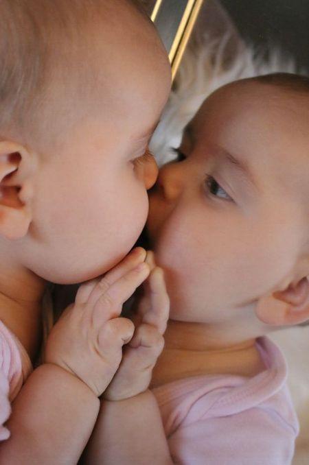 자신의 몸을 부분적으로밖에 인식하지 못하는 유아는 거울에 비친 완전한 모습을 통해 자기와 동일시하는 자의식을 획득한다. [사진 pixabay]