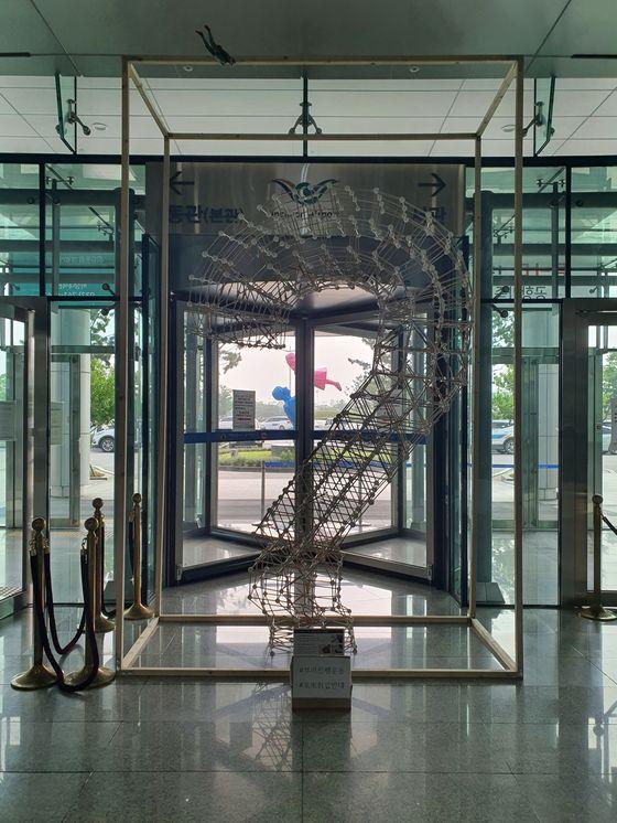 인천국제공항공사 청사 앞에 부러진 펜 조형물이 설치돼 있다. 사진 인천국제공항공사 노동조합