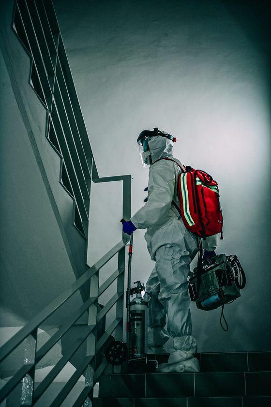서울대병원 성인응급실에 근무하는 이강용 간호사가 찍은 사진. 코로나 바이러스 의료 현장의 '간호사'를 주제로 5일까지 서울 인사동 마루아트센터에서 사진전을 갖는다. [사진 이강용]