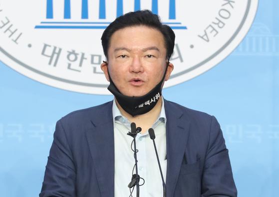 민경욱 전 미래통합당 의원이 지난달 30일 오후 서울 여의도 국회 소통관에서 대법원에 수개표 실시를 촉구하는 기자회견을 하고 있다.[뉴스1]