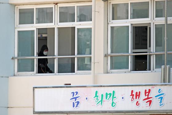 2일 오전 3학년 학생 1명이 신종 코로나바이러스 감염증(코로나19) 확진으로 판명된 대구 북구 한 학교서 보건소 관계자들이 건물 곳곳을 소독하고 있다. 뉴스1