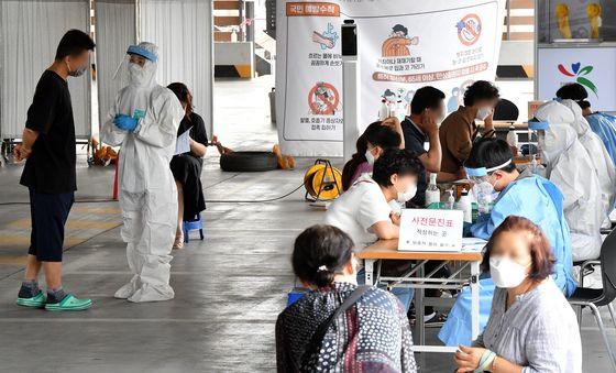 2일 광주시 북구보건소 선별진료소에서 시민들이 코로나19 검사를 받고 있다. [뉴시스]