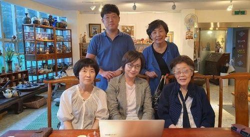 이용수 할머니와 이나영 정의기억연대 이사장이 3일 대구 남구의 한 찻집에서 두 번째 만남을 가지고 있다. 사진 정의연
