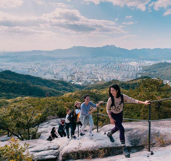 코로나19 시대, 등산이 밀레니얼 세대의 취미활동으로 급부상하고 있다. 간소한 차림으로 서울 불암산을 오르는 젊은 등산객의 모습. 알록달록한 등산복, 푸짐한 먹거리를 짊어지고 산을 오르던 기성세대와는 산행하는 방식이 많이 다르다. [사진 블랙야크]