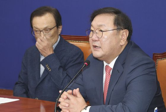 민주당 김태년 원내대표(오른쪽)가 3일 오전 국회에서 열린 최고위원회의에서 발언하고 있다. 임현동 기자/20200703
