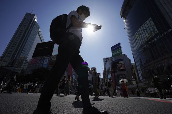 코로나19를 예방하기 위해 쓰는 마스크, 자외선도 막아줄까? 자외선 지수가 높은 여름, 마스크를 쓴 남자가 길을 걷고 있다. 사진 AP=연합뉴스