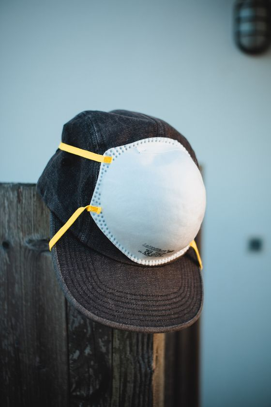 자외선 지수가 높은 여름철 한낮에 외출할 때는 자외선 차단제를 바르고 마스크를 쓴 뒤, 모자나 양산으로 이중 차단을 해주는 것이 좋다. 사진 unsplash
