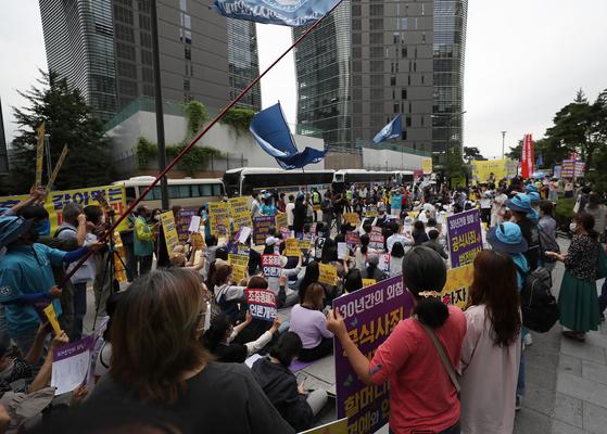 지난 1일 종로구 평화의 소녀상 인근에서 정의기억연대 주최로 일본군 위안부 피해자 문제 해결을 위한 정기 수요시위가 열리고 있다. 연합뉴스