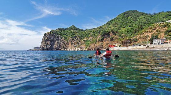 학포해안에서 투명 카누를 즐길 수 있다. 기암절벽이 둘러싸고 있어 물살이 잔잔하다