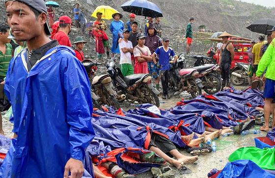2일(현지시간) 미얀마 북부 카친주 흐파칸트의 한 옥 광산에서 산사태가 발생해 최소 113명이 숨졌다. AP=연합뉴스