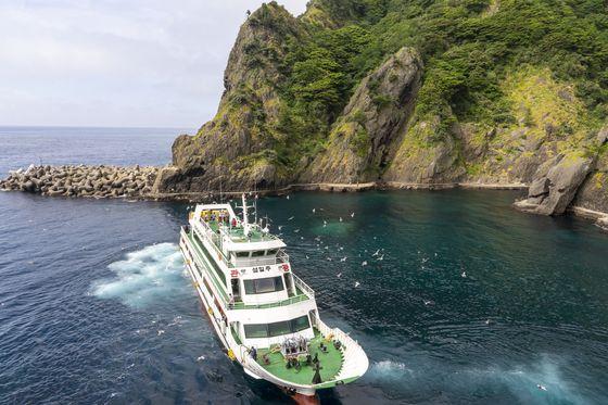 많은 여객선이 오가는 도동항. 주변에 해안 산책로가 있다.