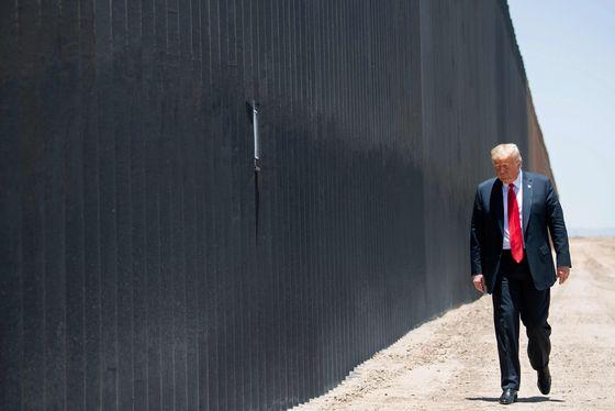 도널드 트럼프 미국 대통령이 지난 달 23일(현지시간) 애리조나주 산루이스에서 '멕시코 장벽'이 200마일(약 321㎞)까지 세워진 것을 기념하는 행사에 참석해 장벽을 걷고 있다. [AFP=연합뉴스]