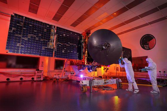 UAE 화성탐사선 알-아말호가 UAE 현장에서 점검 중에 있다.