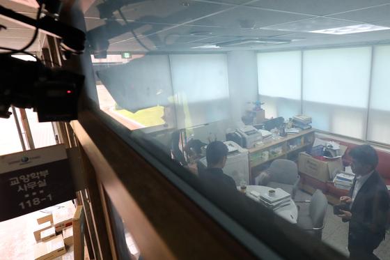 지난해 8월 3일 검찰이 정경심 교수가 근무하는 경북 영주시 동양대학교에 대한 압수수색에 들어갔다. 이날 오후 검찰 관계자들이 동양대 교양학부 사무실에서 압수수색을 벌이고 있다. [뉴스1]