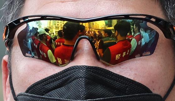 서울 마포구 애경본사 앞에서 열린 제주항공 규탄 기자회견. 이스타항공 노동조합 회원의 선글라스에 기자회견의 모습이 비치고 있다. 뉴스1