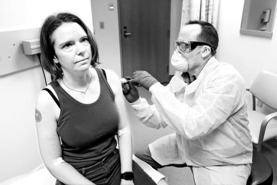 미국 생명공학기업 모더나의 연구원이 지난 3월 코로나 백신 후보 물질에 대한 1상 임상시험을 진행하는 모습. [AP]