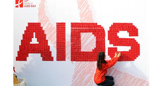 붉은 콘돔으로 만든 에이즈예방 캠페인 모습. 연합뉴스