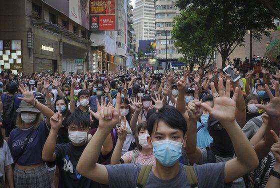 홍콩 시민들이 반환 23주년 기념일인 이달 1일 보안법에 항의하는 시위를 벌이고 있다.
