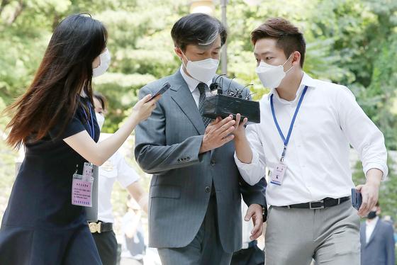 '유재수 감찰무마 혐의'를 받고 있는 조국 전 법무부 장관이 3일 오전 서울 서초구 중앙지방법원에서 열린 뇌물수수 등 혐의에 관한 4회 공판에 출석하고 있다.[뉴스1]