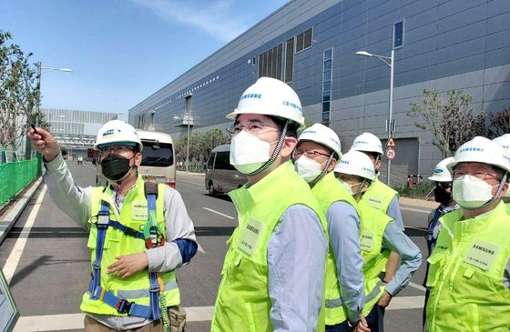 이재용 삼성전자 부회장이 지난 5월 중국 시안(西安) 반도체 공장을 현장점검하고 있다. [사진 삼성전자]