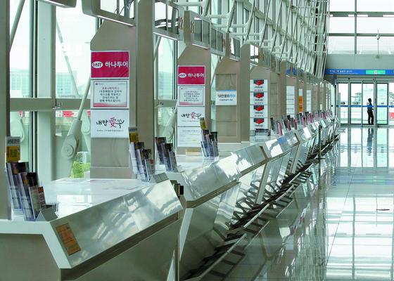 지난 5월 10일 오후 인천국제공항 1터미널 출국장 여행사 부스가 신종 코로나바이러스 감염증(코로나19)의 영향으로 한산한 모습을 보이고 있다. 국내 여행사 직원 대부분이 휴직 상태다. [연합뉴스]