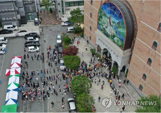 3일 오후 광주 북구 일곡중앙교회 마당에 마련된 선별진료소에서 신도들이 코로나19 검사를 기다리고 있다. 연합뉴스
