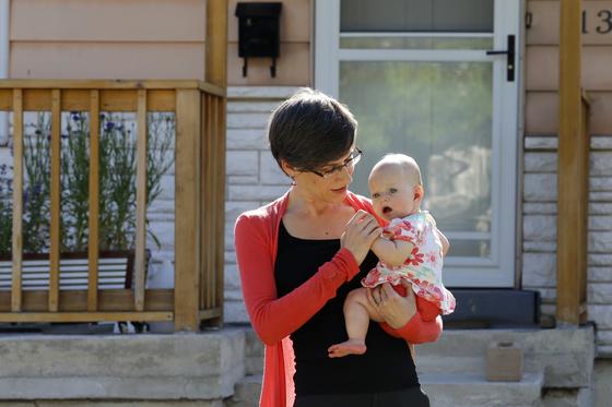미국 솔트레이크 시티에 거주하는 한 여성이 재택근무 중 딸을 돌보고 있다. [AP=연합뉴스]
