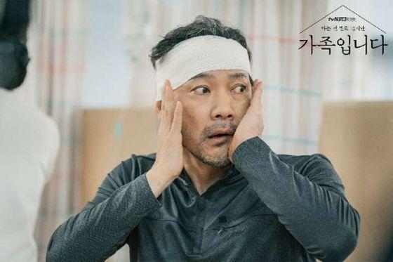 드라마 '(아는 건 별로 없지만) 가족입니다'에서 김상식 역을 맡은 정진영. 조난사고로 기억을 잃고 22살 시절로 돌아간 그가 갑자기 늙어버린 자신의 얼굴을 보고 당황하고 있다. [사진 tvN]