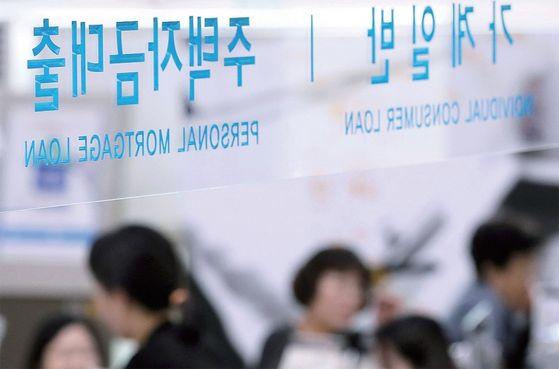 코로나19 확산으로 시중은행들의 대출 잔액이 늘어나고 있는 것으로 나타났다. 사진은 서울 시내 한 은행 대출창구. / 사진:연합뉴스
