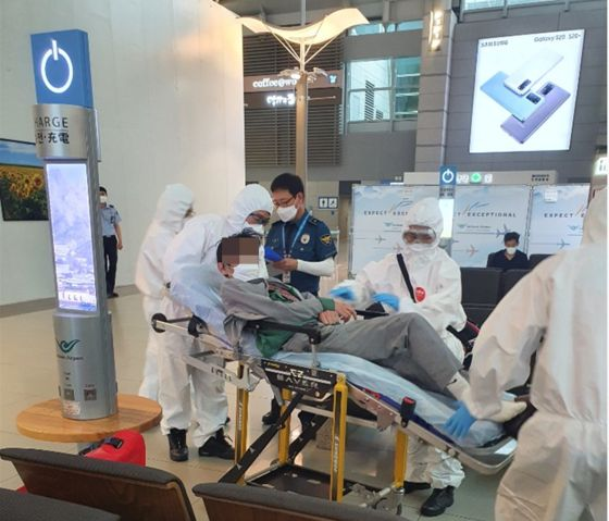 지난달 25일 노윤근 경위가 쓰러진 A의 여권을 구조대원에게 보여주고 있다. [인천공항경찰단 제공]