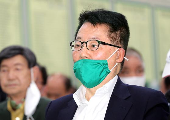 전남 목포에 출마한 민생당 박지원 후보가 지난 4월 15일 오후 전남 목포시 선거캠프에서 각 방송사의 출구조사 결과를 지켜보고 있다. 연합뉴스